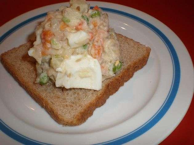 Ensaladilla en base de pan de molde